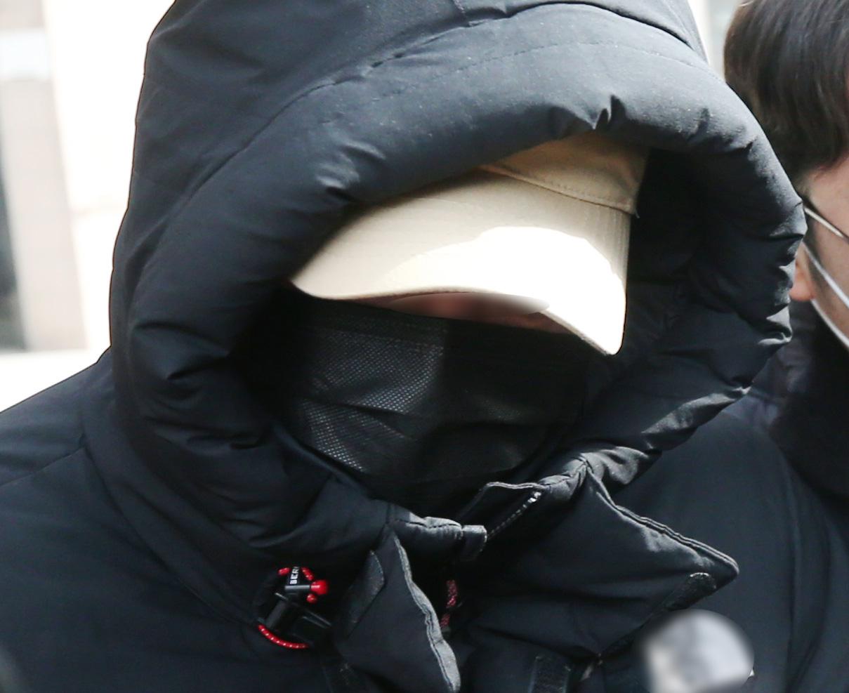 국가대표 출신 승마선수 A씨가 지난 2월 24일 구속 전 피의자 심문(영장실질심사)을 받은 뒤 경기도 부천시 상동 인천지방법원 부천지원 청사를 나서고 있는 모습. 연합뉴스