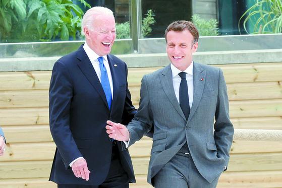 G7 정상회의에서 만난 조 바이든 미국 대통령과 에마뉘엘 마크롱 프랑스 대통령. [AFP=연합뉴스]