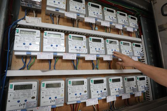 한 주민이 전기 계량기를 살펴보고 있다. 뉴스1