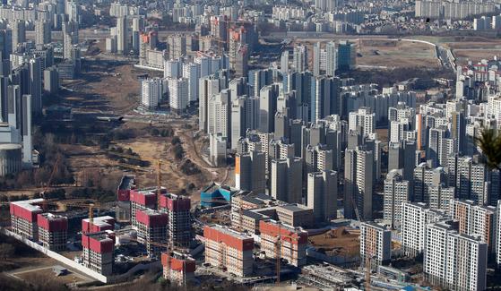 경기도 광주시 남한산성에서 바라본 수도권 아파트 단지의 모습.  뉴스1