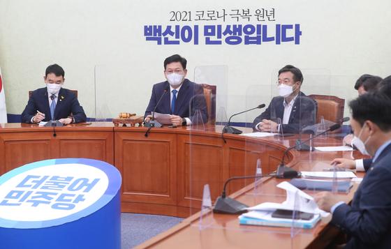 송영길 민주당 대표(왼쪽 두번째)가 18일 서울 여의도 국회에서 열린 최고위원회의에서 발언하고 있다. 연합뉴스