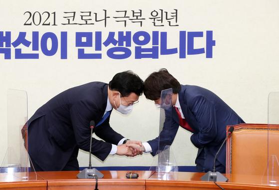 이준석 국민의힘 대표(오른쪽)가 17일 서울 여의도 국회 더불어민주당 당대표회의실을 찾아 송영길 민주당 대표를 만나 악수하고 있다. 오종택 기자