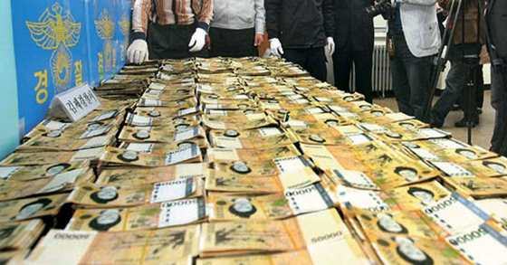 2011년 4월 8일 전북 김제시 한 마늘밭에서 발견된 5만원권 현금 뭉치. 중앙포토