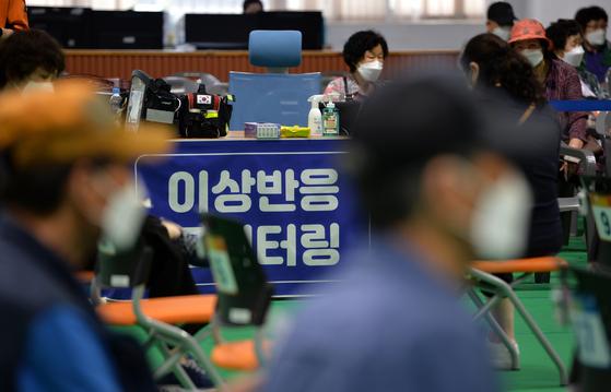 신종 코로나바이러스 감염증(코로나19) 예방 접종이 실시된 18일 대전의 한 예방접종센터에서 의료진에게 화이자 백신을 접종 받은 어르신들이 이상반응 관찰을 위해 휴식하고 있다.프리랜서 김성태