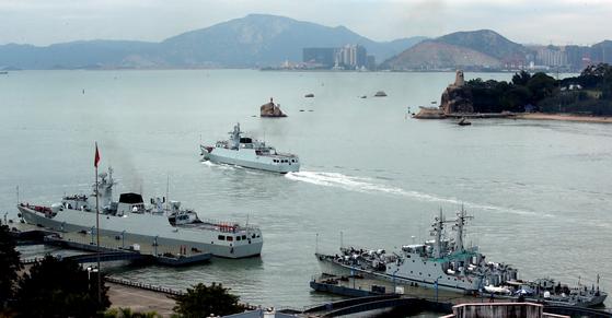 중국 샤먼시에서 동중국해로 출항하는 중국 전함들. [중앙포토]