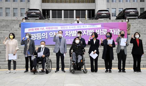 차별금지법제정연대는 지난달 31일 더불어민주당 이상민 의원, 권인숙 의원, 정의당 장혜영 의원과 공동으로 '차별금지법과 평등법의 조속한 제정'을 촉구하는 기자회견을 31일 국회 본청 앞 계단에서 열고 있다. 오종택 기자