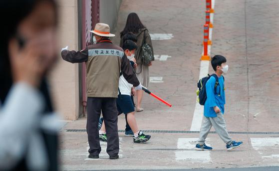 """국제 구호개발 비정부기구(NGO)인 세이브더칠드런은 18일 """"국제아동 삶의 질 조사(ISCWeB)에 참여한 핀란드, 프랑스, 독일 등 35개국의 만 10세(초등학교 5학년 기준) 아동 행복도를 비교한 결과 우리나라는 31위였다""""고 밝혔다. 뉴스1"""