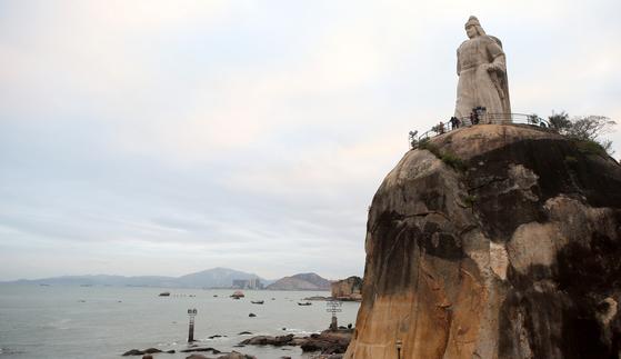 대만과 마주보고 있는 중국 푸젠성(福建省) 샤먼(廈門) 언덕에 있는 정성공 동상. 정성공은 네덜란드와의 전쟁에 승리하며 대만을 정복했다. [중앙포토]