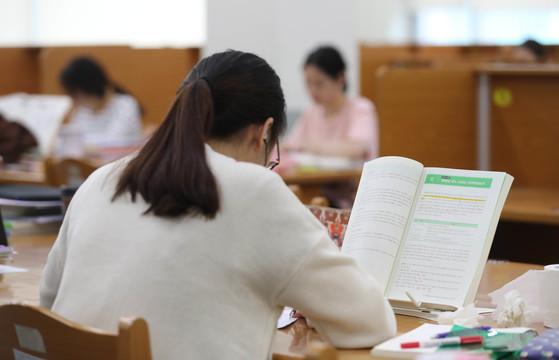 경기도의 한 대학 도서관 열람실에서 학생들이 공부하고 있다. 중앙포토