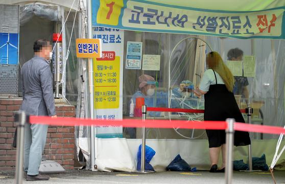 지난 18일 대전의 한 보건소에 마련된 신종 코로나바이러스 감염증(코로나19) 선별진료소에서 시민들이 의료진에게 검사를 받고 있다. 프리랜서 김성태