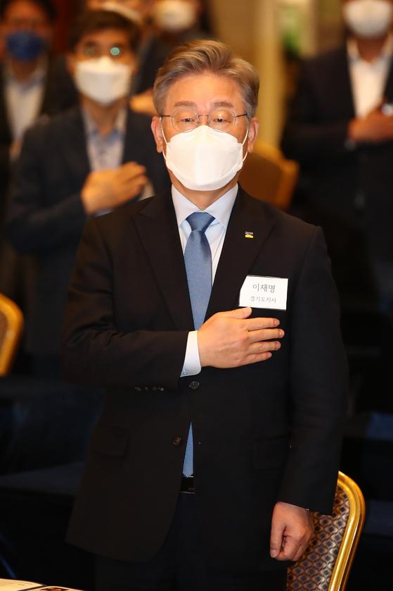 이재명 경기도지사가 지난 15일 오후 서울 용산구 백범 김구 기념관에서 열린 '민주평화광장·성공포럼 공동 토론회'에 참석해 국민의례 하고 있다. 오종택 기자