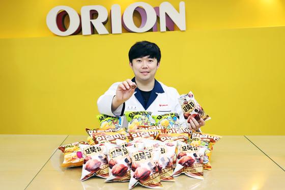 김성률 오리온 글로벌연구소 과장이 초코츄러스맛 꼬북칩을 꺼내 보이고 있다. [사진 오리온]