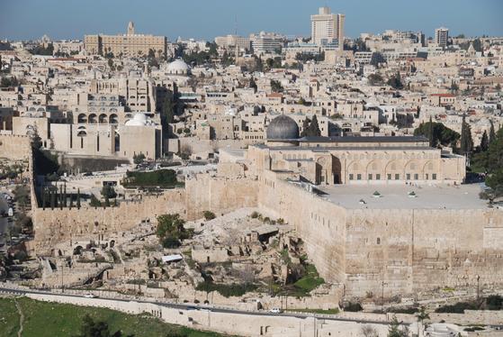 올리브산에서 내려다 본 이스라엘의 예루살렘 구시가지다. 올리브산에는 예수가 기도했다는 주님의기도(주기도문) 교회가 있다.