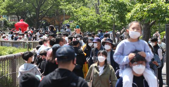 지난달 5일 어린이날 서울 광진구 어린이대공원이 시민으로 붐비고 있다. 우상조 기자