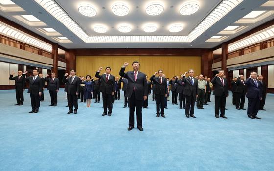 """18일 시진핑 중국 국가주석(가운데)이 베이징 중국공산당역사전람관에서 국가 수뇌부 앞에서 입당선서문을 선창하고 있다. """"당의 비밀을 지키고, 영원히 당을 배반하지 않는다""""는 문구가 들어간 입당선서문을 선창하고 복창하는 육성을 이날 중국중앙방송(CC-TV) 메인뉴스가 중국 전역에 보도했다. [신화=연합뉴스]"""