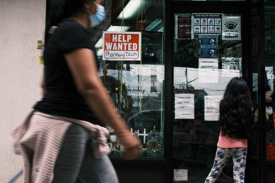 지난 4일 미국 뉴욕의 한 상점 앞에 구인 문구가 적혀 있다. 미국의 5월 실업률은 5.8%로 4월의 6.1% 보다 낮아졌다. 5월 신규 일자리수는 55만9000개 늘었다. [AFP=연합뉴스]