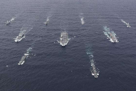 영국 퀸 엘리자베즈 항공모함이 이끄는 항모 강습단이 항행하고 있다. 현재 뱃버리를 인도ㆍ태평양으로 돌렸다. 한국ㆍ읿본을 들릴 예정이다. 영국은 인도ㆍ태평양 안보에 힘을 보태겠다고 밝혔다. 영국 해군