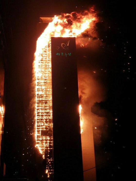 지난해 10월 8일 오후 11시14분쯤 울산 남구 달동 삼환아르누보 주상복합아파트에서 대형 화재가 발생한 가운데 불길이 치솟아 오르고 있다. 뉴스1
