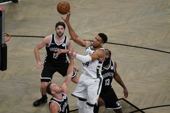 밀워키가 40득점을 올린 아데토쿤보를 앞세워 브루클린을 꺾고 NBA 동부 콘퍼런스 결승에 진출했다. [AP=연합뉴스]