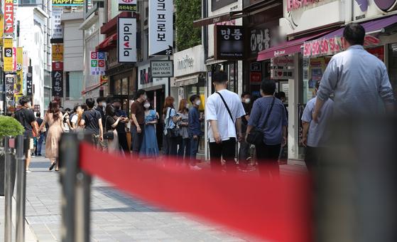 20일 오전 서울 명동거리의 한 식당에서 시민들이 식사를 하기 위해 줄을 서 있다. 신종 코로나바이러스 감염증(코로나19) 백신 예방접종에 속도가 붙으면서 방역당국이 이날 새로운 사회적 거리두기 개편안을 발표한다. 뉴스1