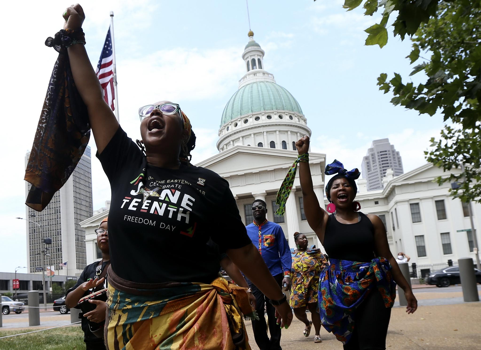 19일 미주리주 세인트 루이스에서 준틴스 행사에 참가한 흑인들. 법원 청사 앞에서 ″No justice, no peace,″(정의 없이는 평화도 없다)고 외치고 있다. AP=연합뉴스