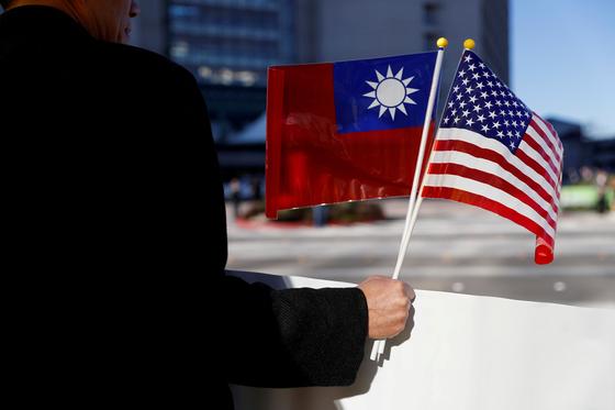 대만 국기와 미국 성조기. [로이터=연합뉴스]