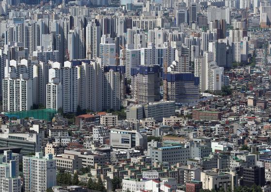 사진은 16일 서울 여의도 63전망대에서 바라본 아파트와 빌라촌의 모습. 뉴스1