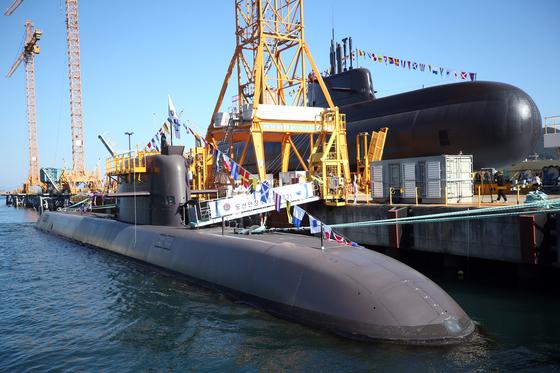 20일 복수의 정부 소식통에 따르면 북한으로 추정되는 세력이 지난해부터 올해 상반기까지 대우조선해양을 해킹했다. 이 가운데 일부 자료는 유출됐고, 해킹 시도 대상 자료 중에는 원자력추진잠수함 연구내용도 포함돼 있다고 한다. 사진은 지난해 11월 10일 경남 거제시 대우조선해양 옥포조선소에서 진수식과 함께 공개된 우리나라 두 번째 3000t급 중형 잠수함인 '안무함'(오른쪽). 왼쪽은 2018년 9월 진수한 3000t급 잠수함 1번함인 '도산안창호함' [연합뉴스]