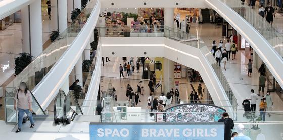 무더위가 이어지고 있는 20일 오후 서울 시내 한 대형 쇼핑몰에 이용 고객들로 붐비고 있다. 뉴스1