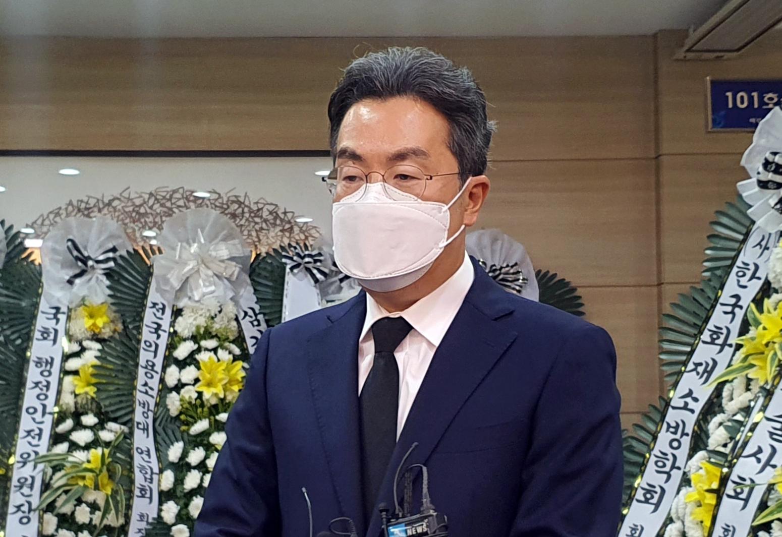19일 오후 경기 하남시 마루공원 장례식장에 마련된 김동식 구조대장 빈소에서 강한승 쿠팡 대표이사가 유가족에게 위로의 말을 전하고 있다. 연합뉴스