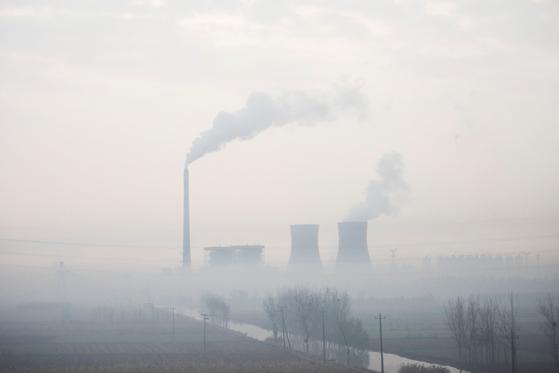 중국 베이징에서 180km 떨어진 허베이 지역의 화력발전소에서 연기가 솟아나고 있다. AFP=연합뉴스