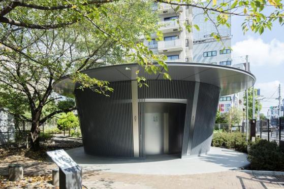 안도 다다오가 설계한 도쿄 공원의 공중 화장실. Satoshi Nagare 촬영. [The Nippon Foundation]