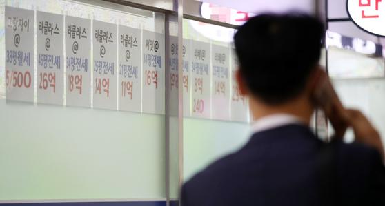서울 서초구 반포동의 한 부동산중개업소 앞 시세표. 서울 아파트 전셋값은 최근 2년 동안 단 한 주도 내리지 않고 상승세를 이어왔다. 연합뉴스