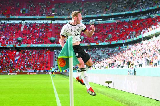 무명의 독일 수비수 고젠스는 유로2020 포르투갈전에서 과거 자신을 무시했던 호날두(아래 사진)의 활약을 무력화해 새로운 영웅 탄생을 알렸다. [AFP=연합뉴스]