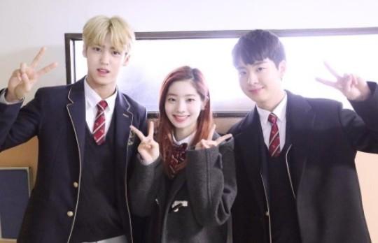 가수 송유빈(왼쪽부터) 트와이스 다현, 배우 신동우의 한림예고 졸업식 모습. 사진 인스타그램