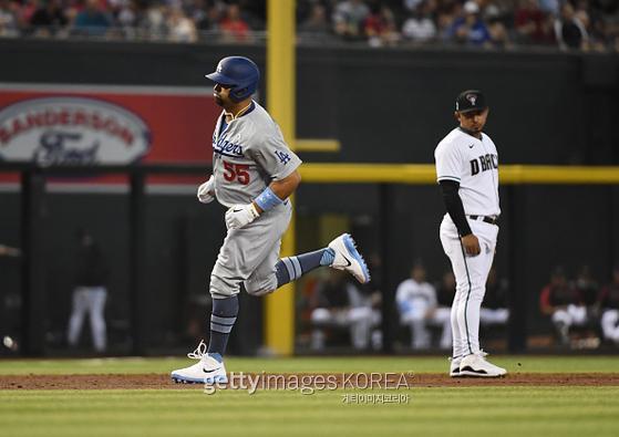 LA 다저스 1루수 알버트 푸홀스(왼쪽)가 21일(한국시간) 미국 애리조나주 피닉스 체이스 필드에서 열린 메이저리그 애리조나와 LA 다저스의 경기에서 3회 초 3점 홈런을 치고 베이스를 돌고 있다. 사진=게티이미지