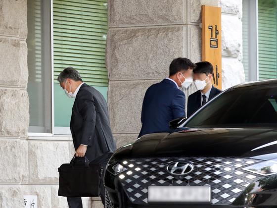 최재형 감사원장이 21일 오전 서울 종로구 삼청동 감사원으로 출근하고 있다. 연합뉴스