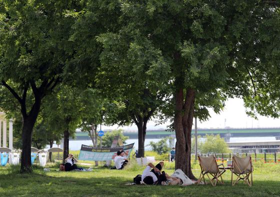초여름 날씨를 보인 지난 2일 오후 서울 강남구 한강공원 잠원지구에서 시민들이 나무그늘 아래에서 휴식을 취하고 있다. 중앙포토