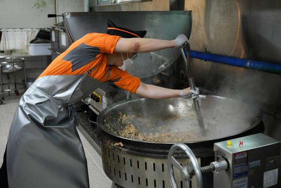 지난 3일 오후 공군 3여단 8978부대 조리병이 조리삽을 들고 요리하고 있다. [사진=국방부 제공]