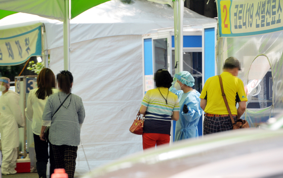 신규 확진자 절반은 2040…'면역 사각지대' 젊은층 감염 불안