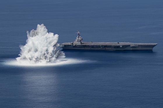 지난 18일(현지시간) 충격 검사를 받고 있는 미 해군의 핵추진항공모함 제럴드 포드함. 미 해군