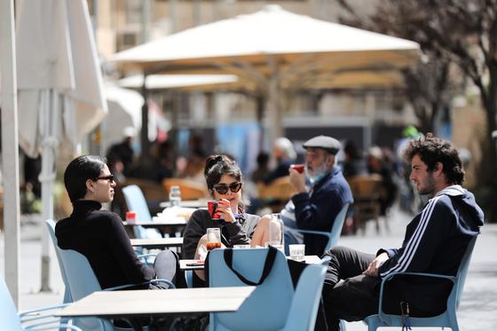 이스라엘 시민들이 마스크를 벗고 카페에서 커피를 마시고 있다. [EPA=연합뉴스]