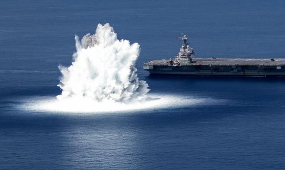 미 해군 항공모함 제럴드 포드함이 18일 대서양에서 폭발 충격 실험을 하고 있다. 미 해군은 보유 항모들의 전쟁 대비 능력을 검정하기 위해 모든 항모들에 대한 폭발 실험인 'Full Ship Shock Trials'를 시작했다. 제럴드 포드함에 대한 실험은 그 첫번째로 실시됐다. AFP=연합뉴스