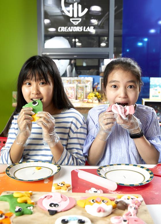 크리에이터스랩의 슈가클레이는 먹을 수 있는 재료를 사용해 작품을 만들고 바로 먹을 수 있다. 직접 만들어보고 맛보기까지 한 노윤채(왼쪽) 학생모델‧조윤서 학생기자.