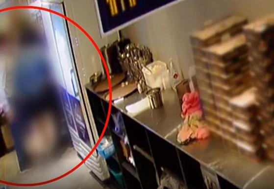 경기도 내 민주당 지역위원장 이모씨가 지난 9일 한 치킨집에서 여성 종업원을 성추행 하는 장면이 CCTV에 포착됐다. [TV조선 캡처]