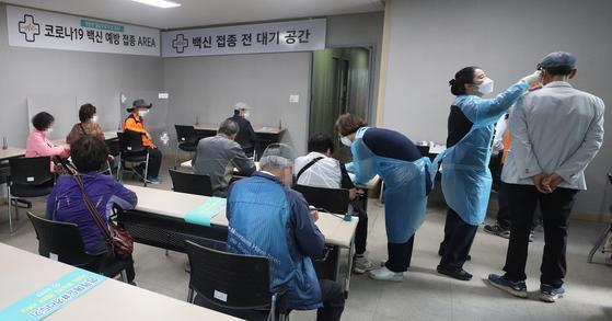 울산시 남구 울산병원에서 시민들이 아스트라제네카 백신 접종을 위해 대기하고 있다. 연합뉴스