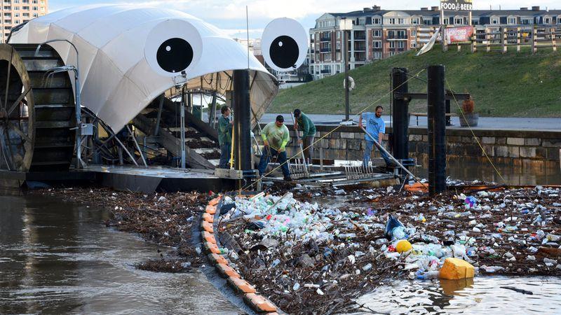 미국 볼티모어의 존스폴 강 도입된 쓰레기 제거 선박 '미스터 쓰레기 바퀴(Mr Trash Wheel)'. 볼티모어 선