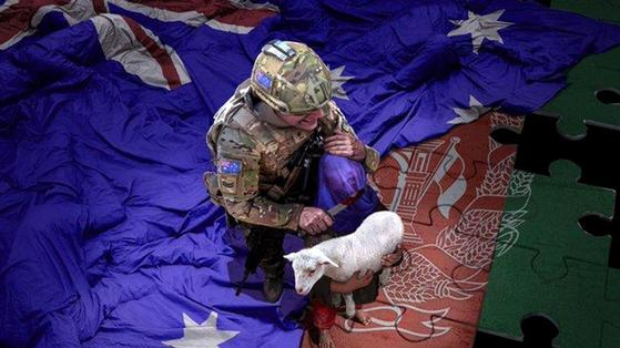 중국의 전랑화가 우허치린이 지난해 11월 내놓은 '평화의 군대'. 호주 군인이 어린 양을 안은 아프간 소년의 목에 피 묻은 칼을 겨누고 있다. [웨이보 캡처]
