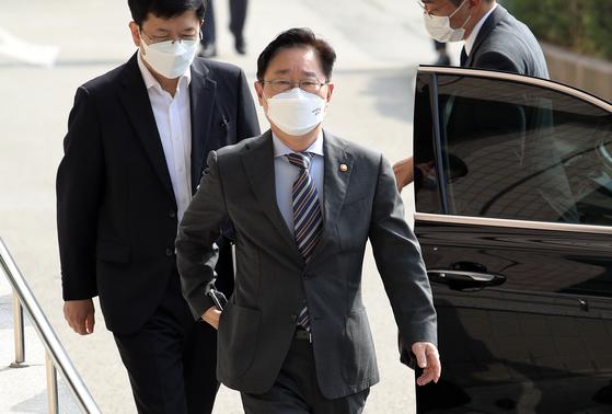 박범계 법무부 장관이 21일 오전 정부과천청사로 출근하고 있다. 연합뉴스