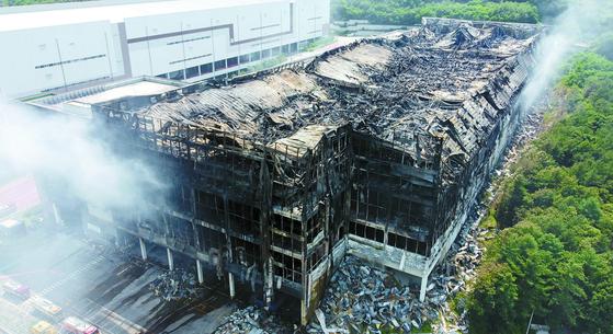 쿠팡 이천 물류센터에서 화재가 발생한지 나흘만인 20일 뼈대만 남은 물류센터에서 연기가 피어오르고 있다. 소비자들은 단순 사고가 아니라 후진적 기업문화에 원인이 있다고 분노하고 있다. 뉴스1